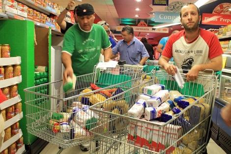 Simpatizantes del SAT llenan los carros con comida.   Manuel Rodríguez (Efe)