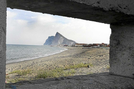 Gibraltar, visto desde un bnker en la playa linense de La Atunara. | Francisco Ledesma