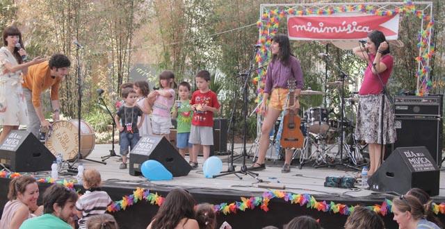 Invasión de niños en un concierto de Lorena álvarez y su banda municipal.
