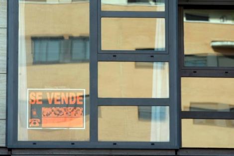 Cartel de 'Se vende' en la ventana de un piso de Madrid. | Diego Sinova