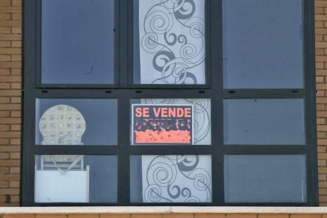 Cartel que anuncia la venta de un piso en Madrid. | Roberto Cárdenas