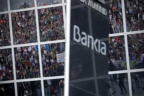Manifestantes convocados por el 15-M protestan contra el rescate de Bankia en Madrid. | Alberto di Lolli