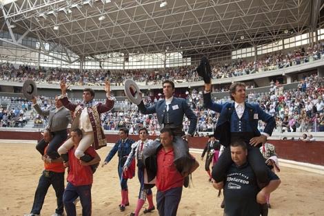 Joao Moura hijo, Sergio Galán y Pablo Hermoso de Mendoza, salen a hombros de la plaza. | Efe