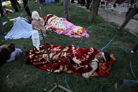 Varios iraníes heridos, ante el hospital de Ahar. | AFP
