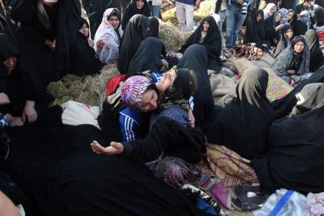 Mujeres iraníes lloran la pérdida de sus familiares. | Afp