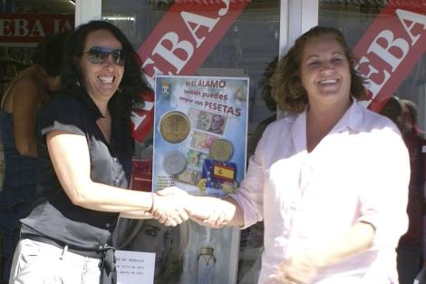 La directora de comercio de la Comunidad, Inés Gómez-Acebo, y la alcaldesa de El Álamo. | E. M.