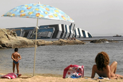 Una playa con vistas al Costa Concordia.| Reuters/Max Rossi