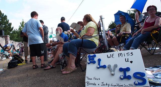 Seguidores de Elvis Presley esperan a las puertas de Graceland.   Afp