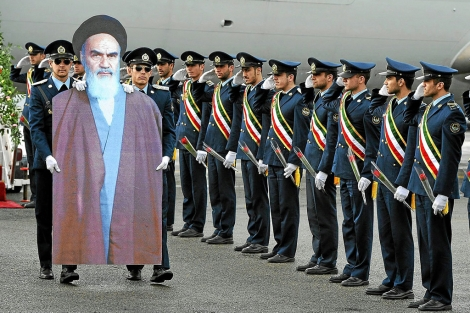 Militares iraníes representan la histórica llegada a Teherán en 1979 del ayatolá Jomeini. | E. M.