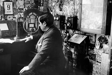 El escritor en su estudio rodeado de micrófonos y radios. | Efe