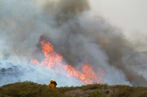 Un bombero junto al incendio de la Gomera, el pasado 4 de agosto. | Efe