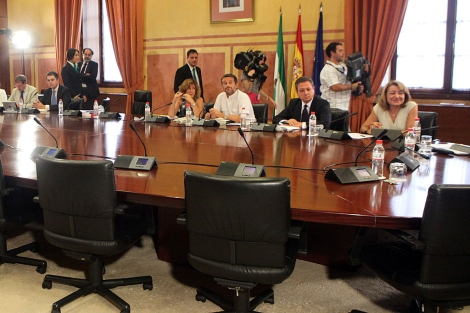 A la derecha, la diputada socialista Antonia Moro, en la comisión. | J. Morón