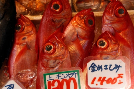Peces exhibidos para la venta en el mercado en Tokio tras la crisis nuclear. | Efe