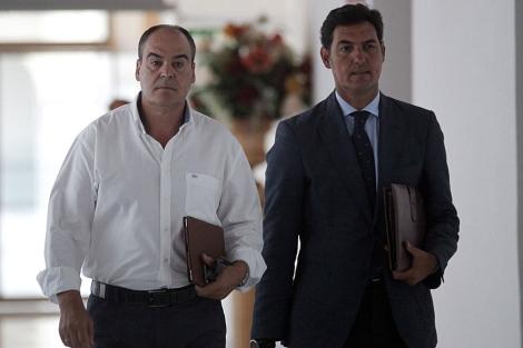 Juan Márquez, el ex director de trabajo, entrando a declarar junto a su abogado. | Jesús Morón