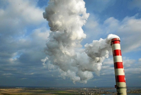 Chimenea de una planta de energía de carbón en Polonia. | Efe/Greenpeace