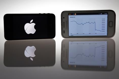 Un IPhone 4S y un Samsung Galaxy S con la gráfica de la caída en bolsa.| Reuters