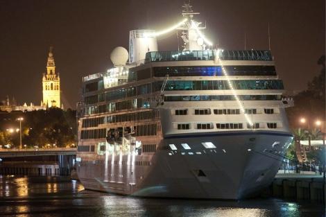 El crucero 'Azamara Journey' por el Puente de las Delicias.   Efe
