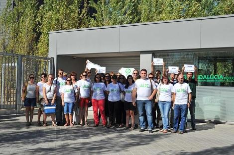 Los trabajadores en la puerta de la Consejería de Granada. | El Mundo