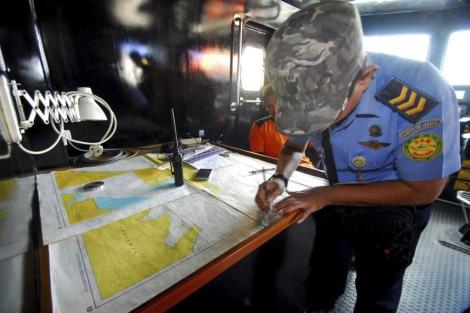Funcionarios de la Agencia Nacional de Búsqueda y Rescate a bordo de un bote de rescate. | Efe