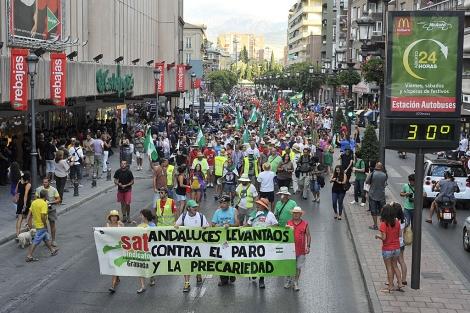 La marcha jornalera avanzando por el centro de la ciudad granadina.   Jesús G. Hinchado