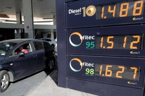 Panel de precios en una gasolinera. | Efe