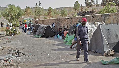 Inmigrantes en Oujda, donde han sido llevados los evacuados de Isla de Tierra. | Carlos G. Pozo