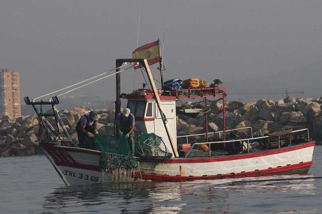 El pesquero 'Divina Providencia', en aguas de la Bahía de Algeciras. | Francisco Ledesma
