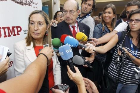 Ana Pastor abordada por los periodistas en la UIMP (Santander). | Efe