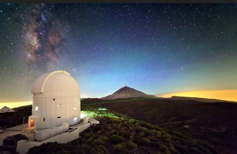 Estación Óptica de Canarias proyectando un láser. | ESA