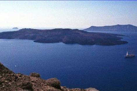 Vista de la pequeña isla Nea Kameni, en Santorini. | ESA