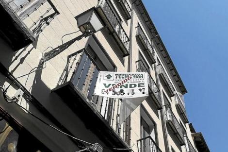 Piso con el cartel de 'Vendido' en Madrid. | Bernardo Díaz