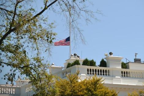 Bandera a media asta en el tejado de la Casa Blanca. | Afp