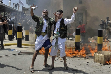 Manifestantes yemeníes irrumpen en la embajada de EEUU en Saná.| Efe