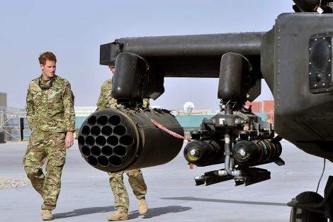 El príncipe Harry junto a un helicóptero Apache, en Camp Bastion, en Afganistán. | Reuters