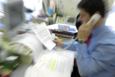 Un trabajador agobiado en una oficina. | E.M.