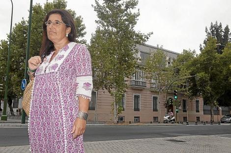 Guillermina Bermejo, ante la sede de la Junta donde está 'aparcada'. | Conchitina