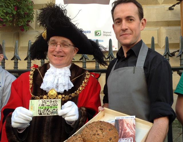 El alcalde de Bristol y un panadero de la localidad posan con una libra local. | C.F.