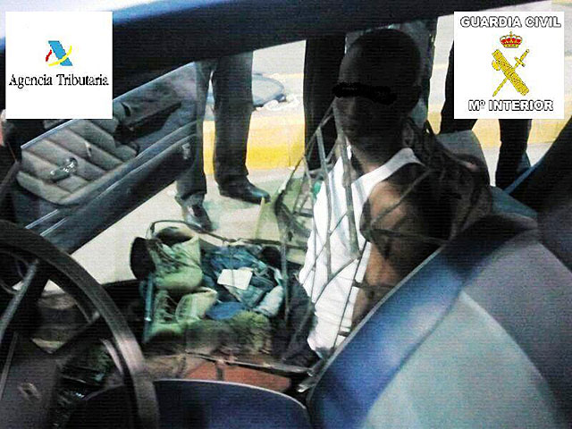 El inmigrante, dentro del armazón del asiento en el que fue descubierto. | E.M.