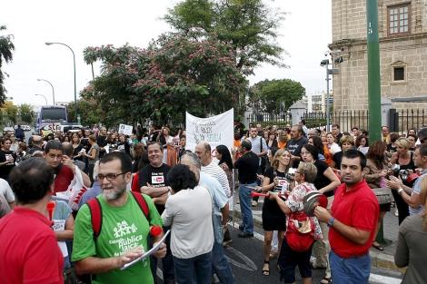 Los empleados públicos concentrados ante el Parlamento de Andalucía. | J. Morón