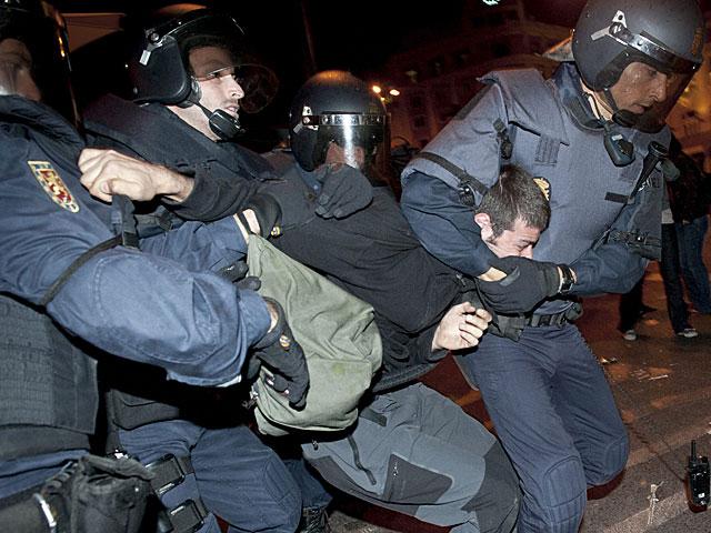 Un manifestante detenido ayer por la Policía. | Luca Piergiovanni / Efe