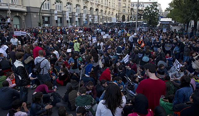 Manifestantes en la plaza de Neptuno. | Alberto Cuellar