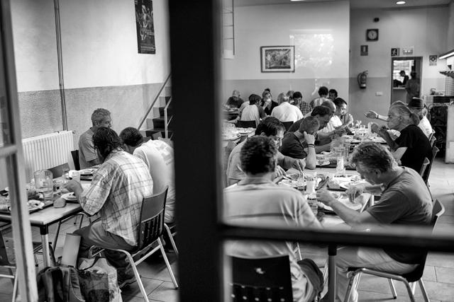 Comedor social en Girona. Así ve España 'The New York Times'. | S. Aranda VEA EL REPORTAJE GRÁFICO COMPLETO
