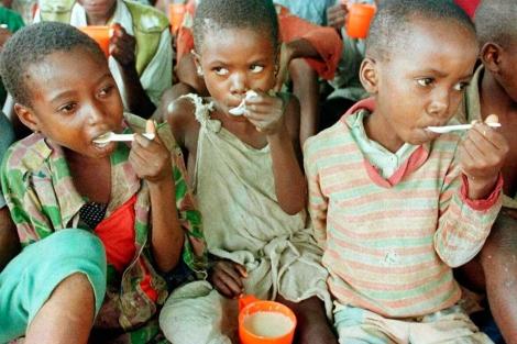 Niños ruandeses refugiados en el campo de tránsito de Mbandaka. | AP