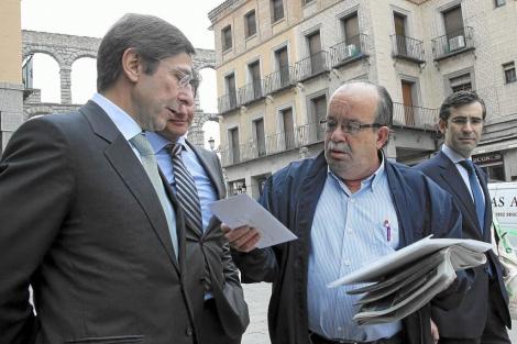 Un cliente de Bankia entrega una carta a Goirigolzarri hoy en Segovia. | EFE