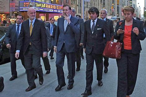 Mariano Rajoy fumando un puro en la Sexta Avenida. | Foto: Jonan Basterra