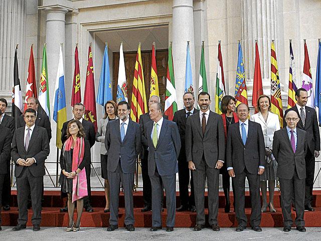 Foto de familia de los presidentes autonómicos con el Rey y el Príncipe.   Alberto di Lolli