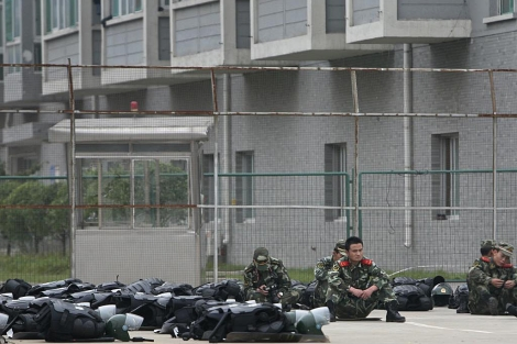 Policía paramilitar a las fuertas de la factoría en Taiyuan. | Reuters