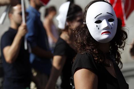 Una de las manifestantes con máscara en Sevilla. | J. Morón