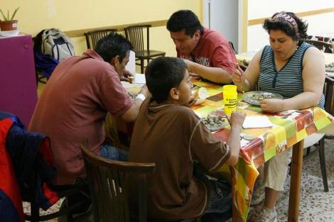 Una familia almuerza en un comedor social de Barcelona. | Jordi Soteras