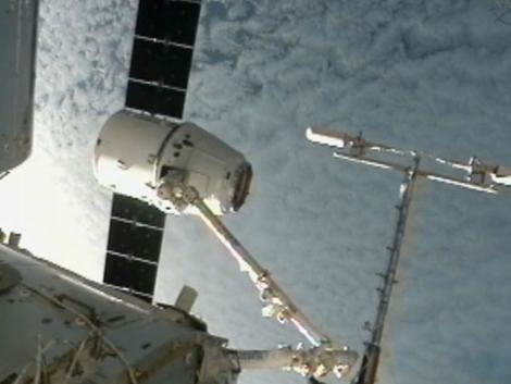 La cápsula 'Dragon' maniobra para acoplarse a la ISS.   SpaceX